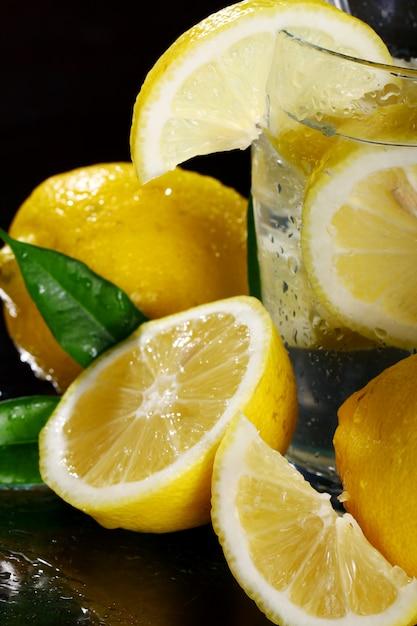 Cocktail mit frischen zitronen Kostenlose Fotos