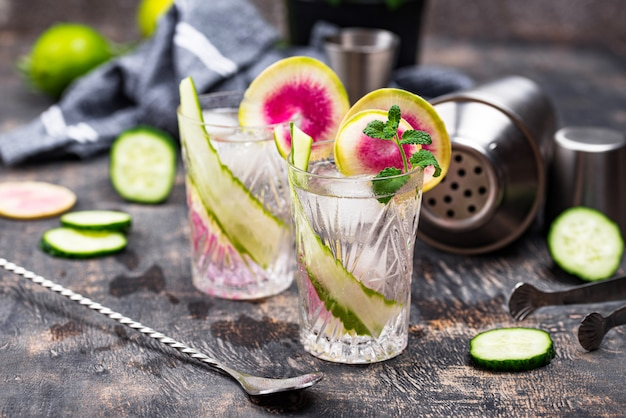 Cocktail mit gurke und radieschen Premium Fotos