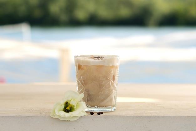 Cocktail mit kaffeebohnen in einem glasbecher Premium Fotos