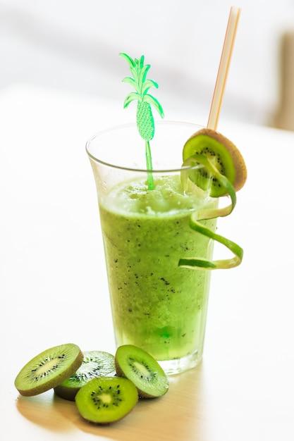 Cocktail mit kiwi Premium Fotos