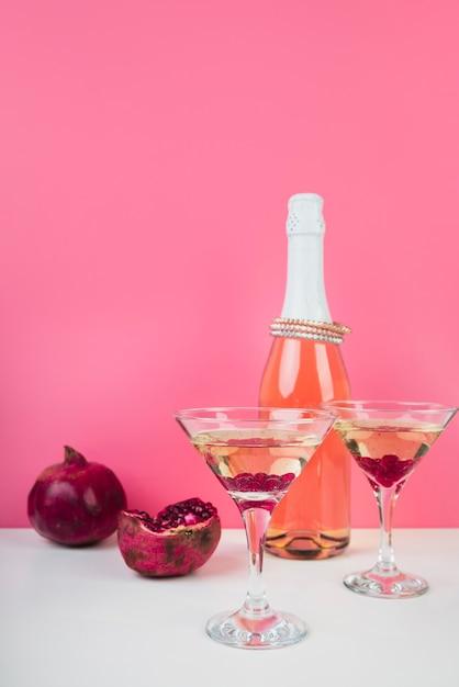 Cocktailgläser mit granatapfel auf dem tisch Kostenlose Fotos