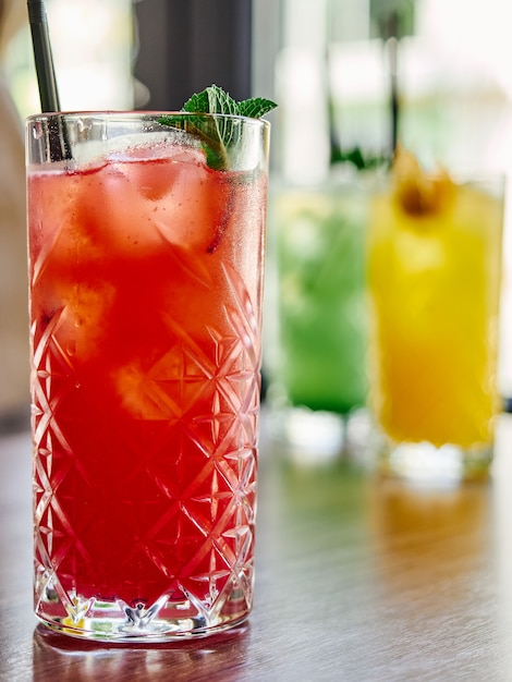 Coctails farbe in glas erdbeerorange zitronen limette mojito eiskalt Premium Fotos