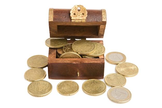 Coffer holz offen mit vielen währungen auf einem weißen hintergrund Premium Fotos