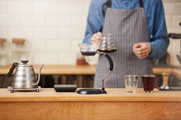 Coffes ist fertig. barista bereitete kaffee mit manuellem tropfbrauer zu. Kostenlose Fotos