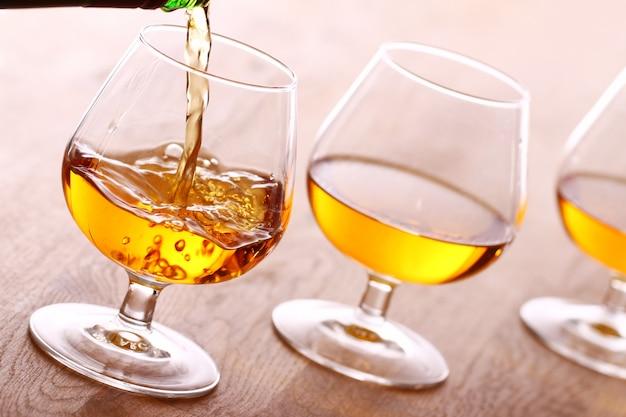 Cognac in das glas gießen Kostenlose Fotos