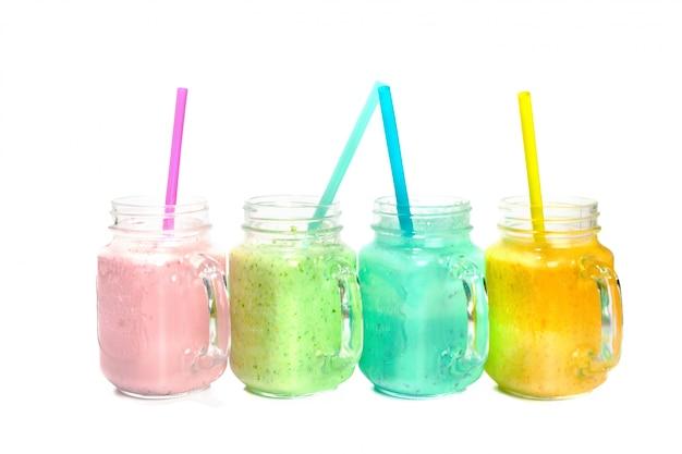 Collage von gläsern mit frischem köstlichem smoothie und stroh Premium Fotos