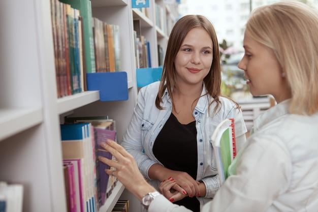 College-freunde in der bibliothek zusammen Premium Fotos