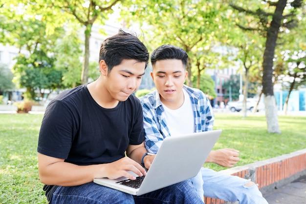 College-studenten mit laptop im freien Premium Fotos