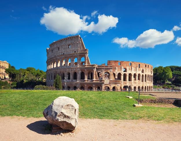 Colosseum in rom, italien, an einem hellen tag Premium Fotos