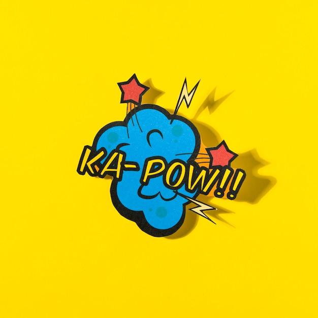 Comic-bucheffekt des k-pow-wortes auf gelbem hintergrund Kostenlose Fotos