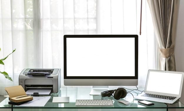 computer laptop und drucker auf dem schreibtisch. Black Bedroom Furniture Sets. Home Design Ideas