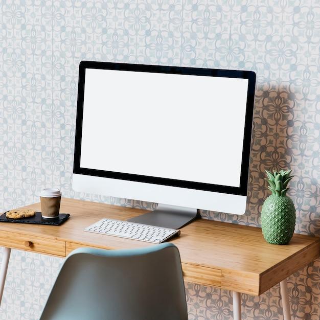 Computer mit plätzchen und beseitigung höhlen auf hölzernem schreibtisch aus Kostenlose Fotos