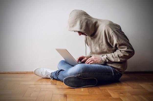 Computerfreak, der an einem laptop arbeitet Premium Fotos