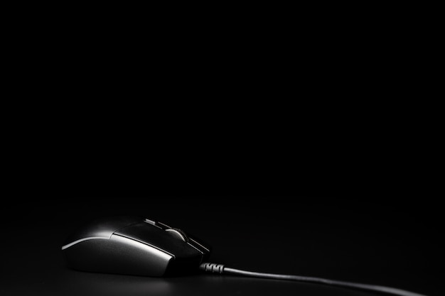 Computermaus lokalisiert auf schwarzem hintergrund Premium Fotos