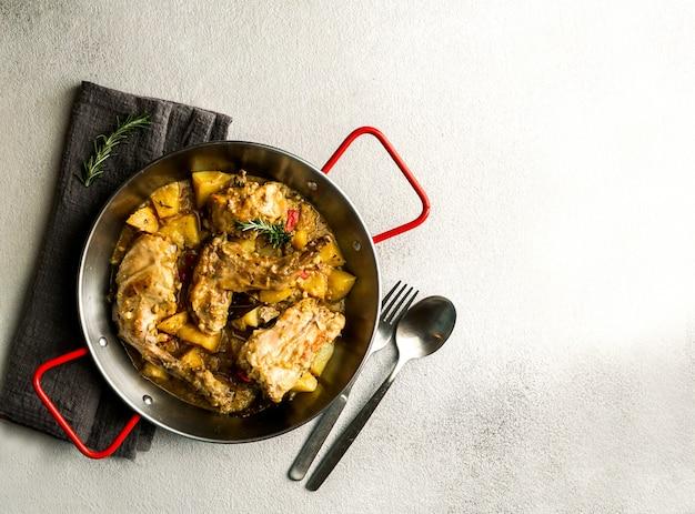 Conejo en salmorejo al estilo canario, geröstetes kaninchen in kanarischer marinade, spanisches und kanarisches essen Premium Fotos