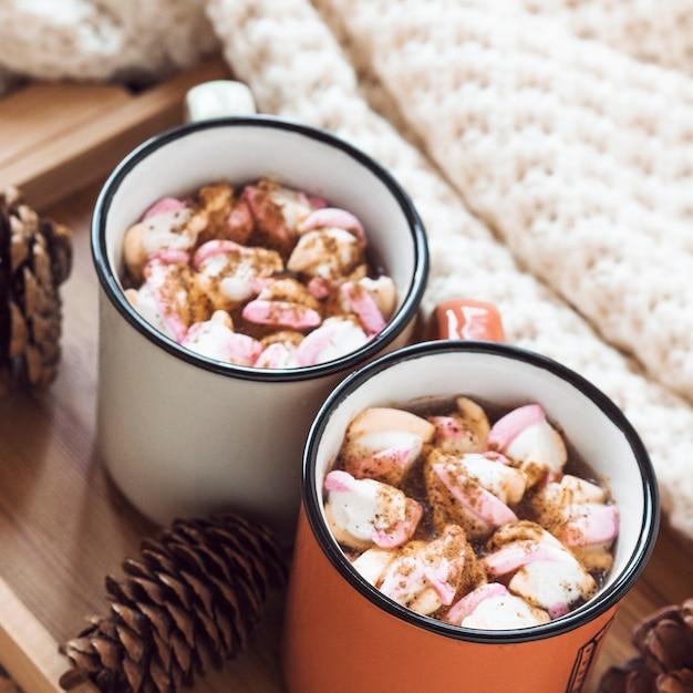 Cones und decke in der nähe von heißer schokolade Kostenlose Fotos
