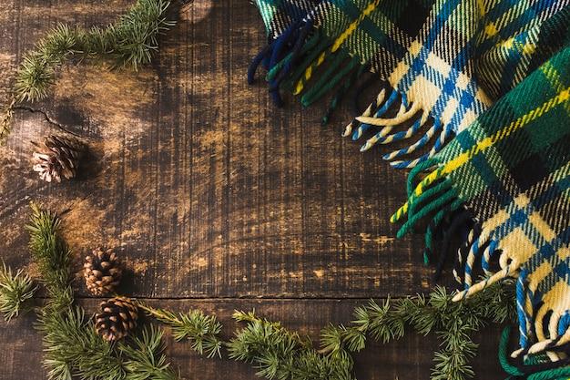 Conifer kegel und zweige in der nähe von decke Kostenlose Fotos