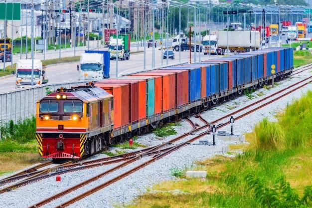 Container-güterzug mit durchlaufen des industriegebiets, des hafens. Premium Fotos