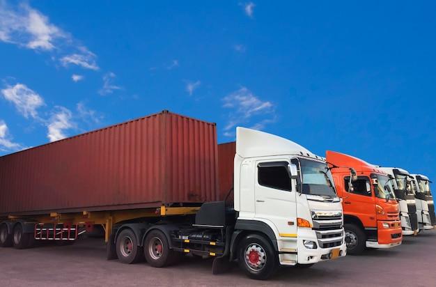 Container-lkw-transport mit einem blauen himmel geparkt. Premium Fotos