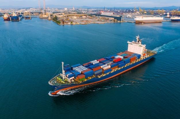 Containerfracht logistik versand import export industrie und business service transport von internationalen mit containerfracht frachtschiff offen in tiefsee und schifffahrtshafen Premium Fotos