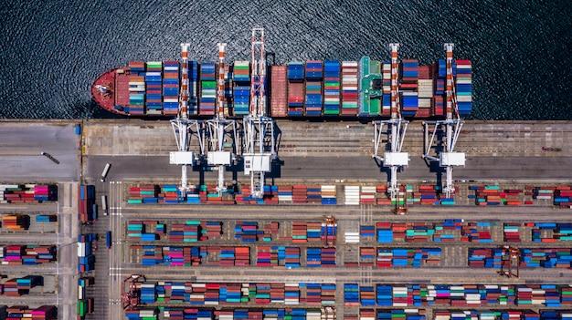Containerfrachtschiff der luftdraufsicht, das in importexportgeschäft entlädt Premium Fotos