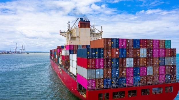 Containerfrachtschiff mit container für den import und export von geschäftsfracht. Premium Fotos