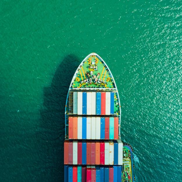 Containerschiff aus der luft. geschäftslogistiktransport seefracht, frachtschiff, frachtcontainer im fabrikhafen im industriegebiet für den import export um in der welt, handelshafen Premium Fotos