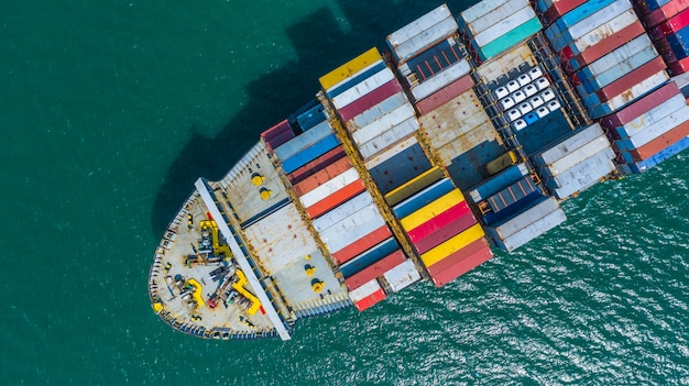 Containerschiff, das im hafen ankommt, containerschiff, das zum tiefseehafen geht, logistikgeschäfts-importexportversand und -transport, luftaufnahme. Premium Fotos