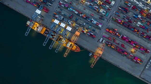 Containerschiff, das nachts, geschäftsimport-export logistisch arbeitet. Premium Fotos