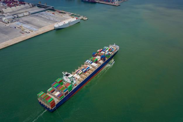 Containerschiff im export- und importgeschäft sowie in der logistik. fracht auf dem seeweg. wassertransport international. konzept luftaufnahme von der drohne Premium Fotos