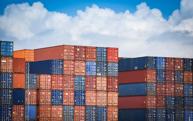 Containerschiff im export- und importgeschäft und in der logistik Premium Fotos