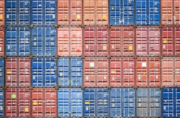 Containerschiff im export- und importgeschäft und logistik im hafen industrieverpackung und wassertransport internationale spedition fracht / box container Premium Fotos