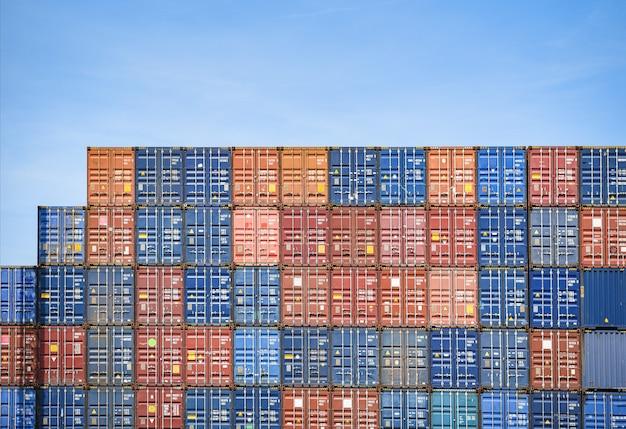 Containerschiff im export- und importgeschäft und logistik im hafen Premium Fotos