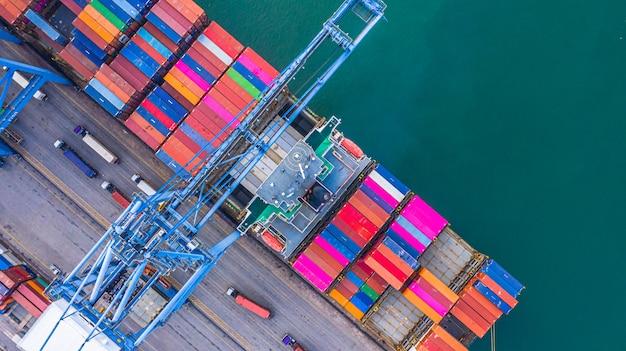 Containerschiffladen und -entladen im tiefseehafen Premium Fotos