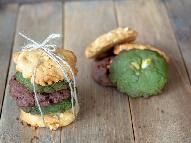 Cookies einschließlich erdnussbutter, grünem tee und chocolate chip cookies. Premium Fotos