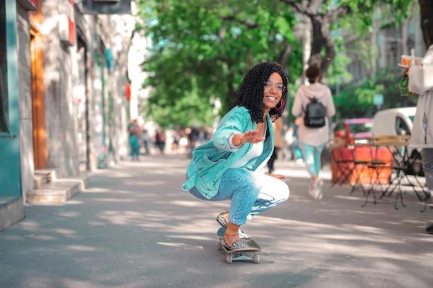Coole frau skateboarden Premium Fotos