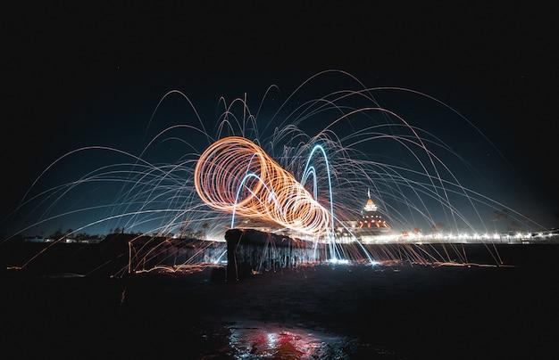 Coole schöne atemberaubende lichtshow in der nacht über einem see Kostenlose Fotos