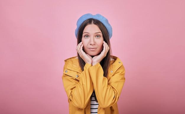Cooles mädchen in einer sanften blauen baskenmütze und einer gestreiften bluse Premium Fotos