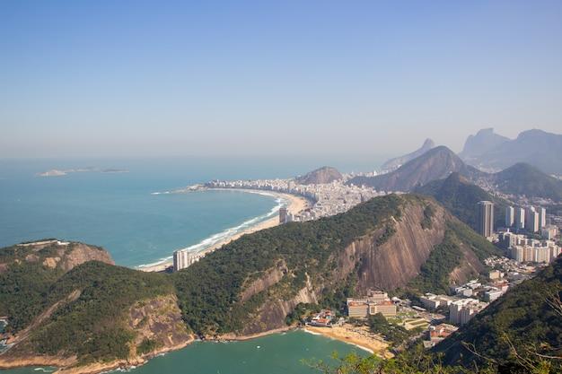 Copacabana-nachbarschaft gesehen von der spitze des zuckerhut in rio de janeiro. Premium Fotos