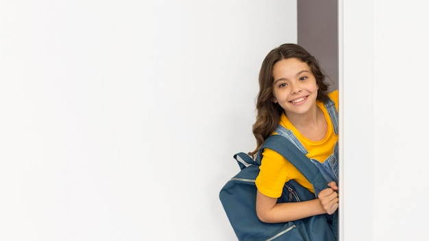 Copy-space-girl mit rucksack Premium Fotos