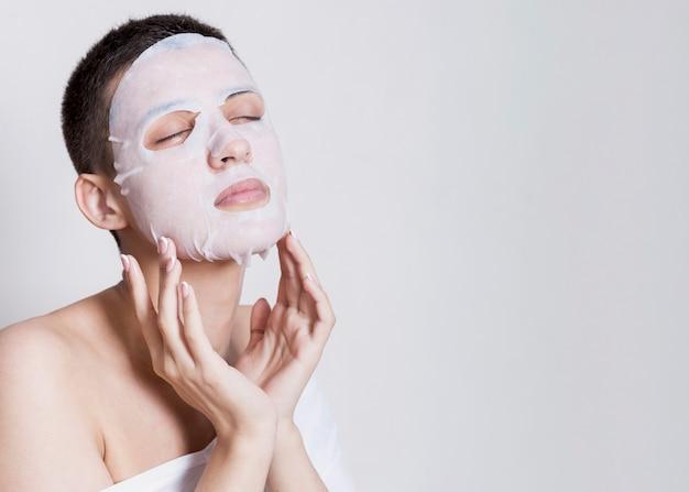 Copy-space junge frau hydrative maske Kostenlose Fotos