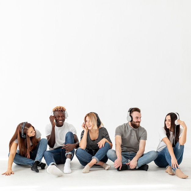 Copy-space junge freunde musik hören Kostenlose Fotos