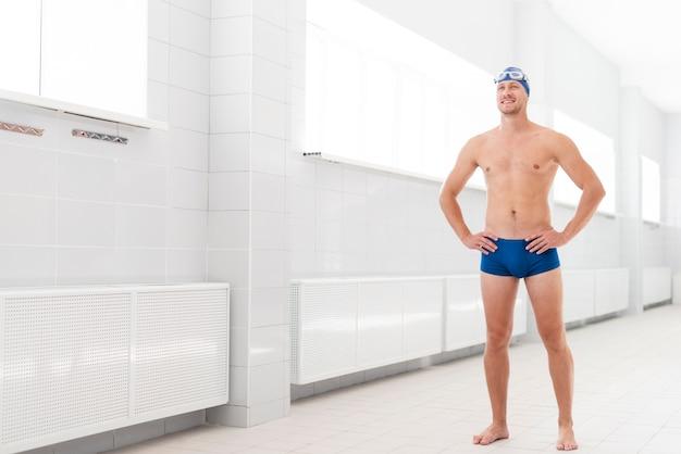 Copy-space junger mann am pool stehen Kostenlose Fotos