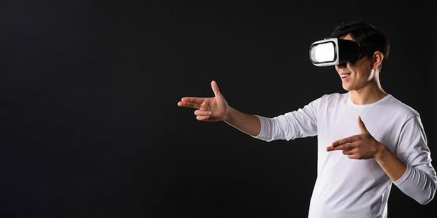 Copy-space-mann mit virtual-reality-simulator Kostenlose Fotos