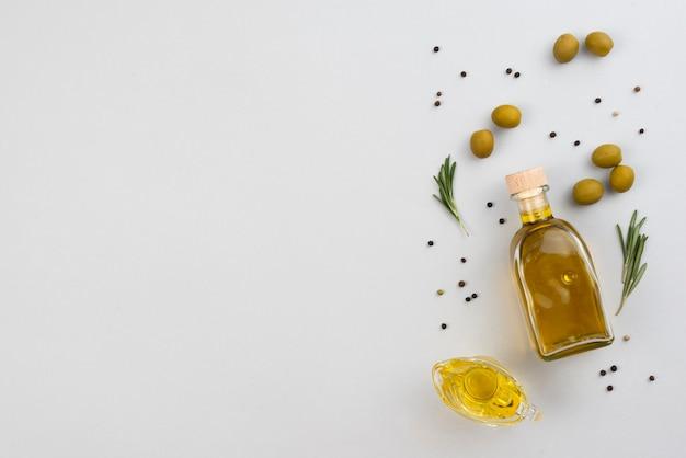 Copy-space-olivenöl-flasche auf dem tisch Kostenlose Fotos
