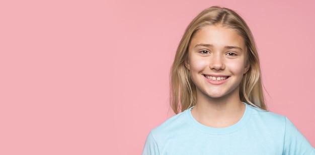 Copy-space-smiley junges mädchen Kostenlose Fotos