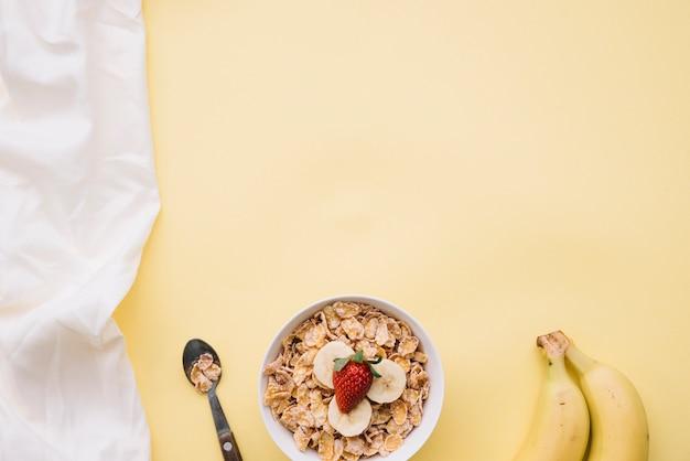 Corn flakes mit mit früchten in der schüssel auf tabelle Kostenlose Fotos
