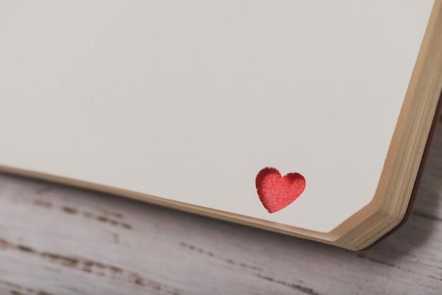 Corner von einem notebook mit einem roten herzen Kostenlose Fotos