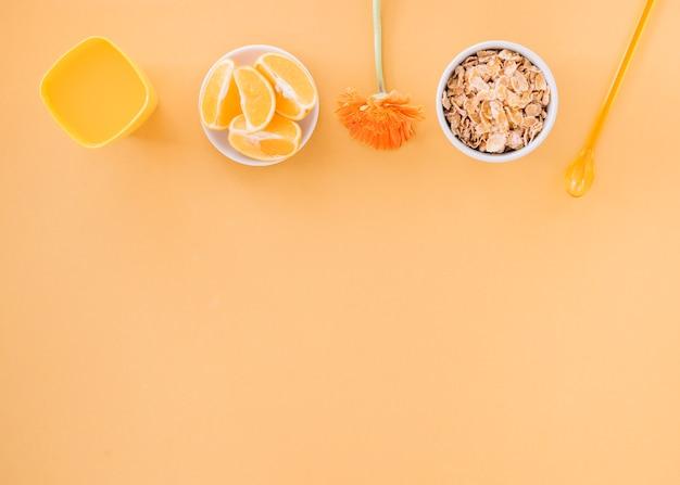 Cornflakes in schüssel mit orangen und saft Kostenlose Fotos