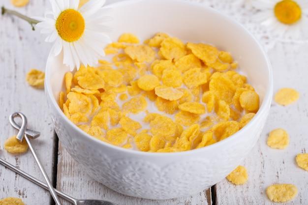 Cornflakes mit milch. gesundes sommerfrühstück. Premium Fotos
